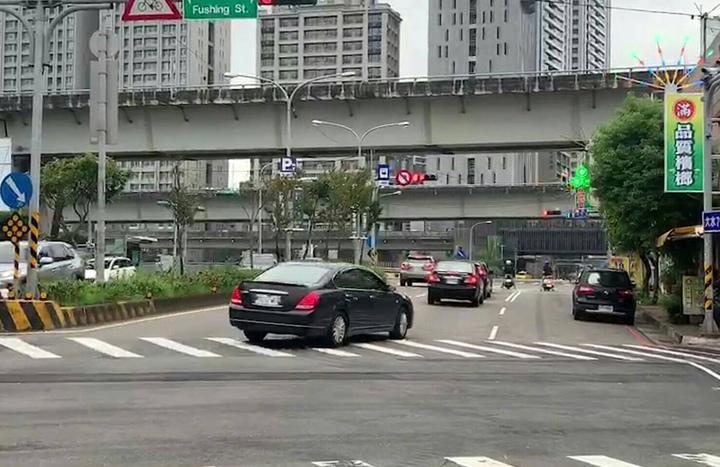 龜山區龜山一路、文化三路口自小客車不明男子突然持槍對空開2槍,「砰、砰」槍擊聲造成居民驚嚇,歹徒逃逸。記者曾增勳/翻攝