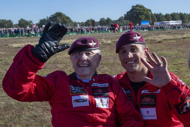 今年已97歲的英國老兵寇特曼(左)21日與英國陸軍「紅魔鬼」(Red Devils)跳傘表演小組一位成員在荷蘭安恆的Ginkel Heath降落區合影。寇特曼剛與「紅魔鬼」成員進行雙人跳傘,以紀念第二次世界大戰歐陸戰場的「市場花園行動」75周年。美聯社