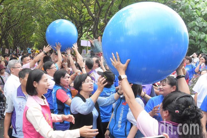 彰化縣長王惠美與遊客一起「傳遞水資源」,4顆大球被民眾傳遞綿延100公尺象徵水流動。記者林敬家/攝影