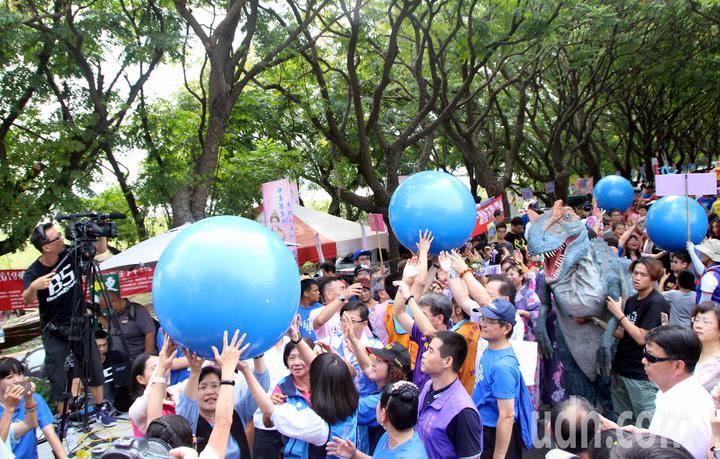遊客一起「傳遞水資源」,4顆大球被民眾傳遞綿延100公尺象徵水流動。記者林敬家/攝影