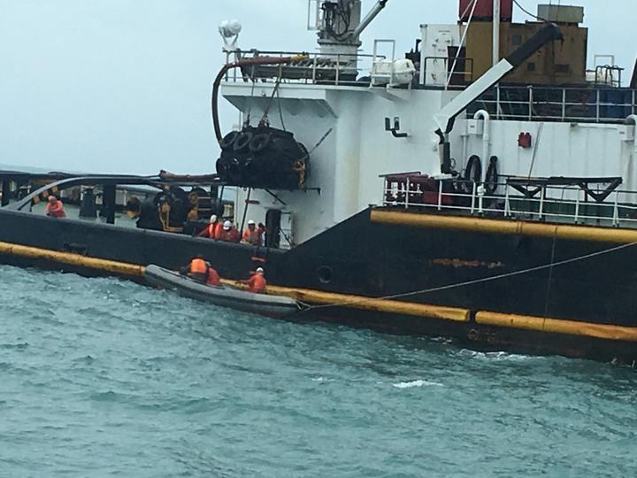 拖船施放工作小艇,準備登上「吉順輪」進行拖帶前置作業。圖/艦隊分署提供