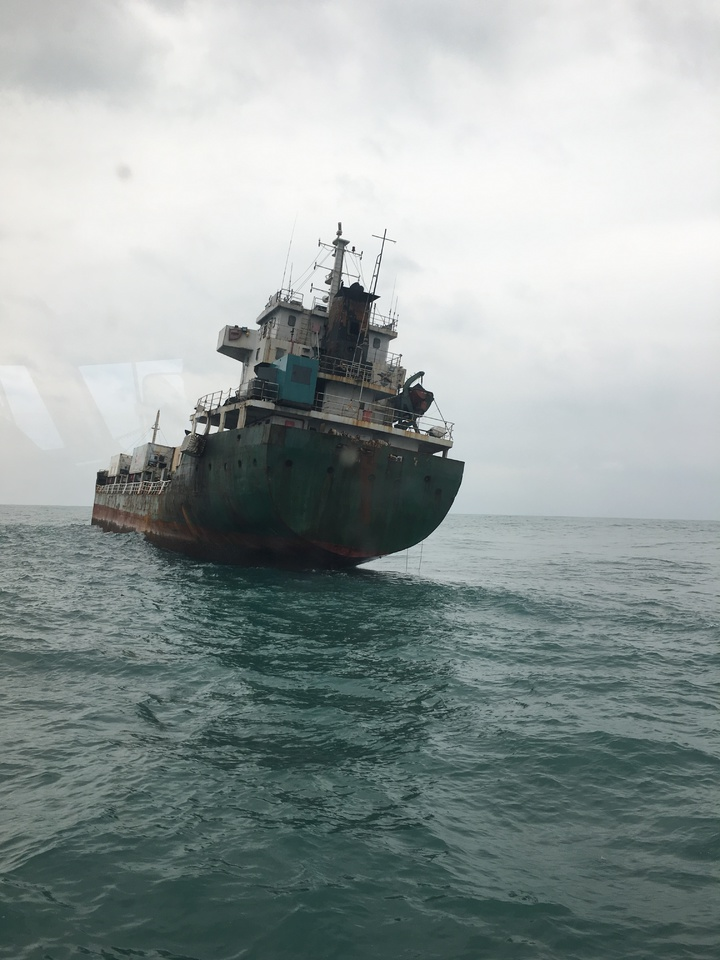 獅子山籍貨輪「吉順輪」故障傾斜在海上漂流,形同幽靈船。圖/艦隊分署提供