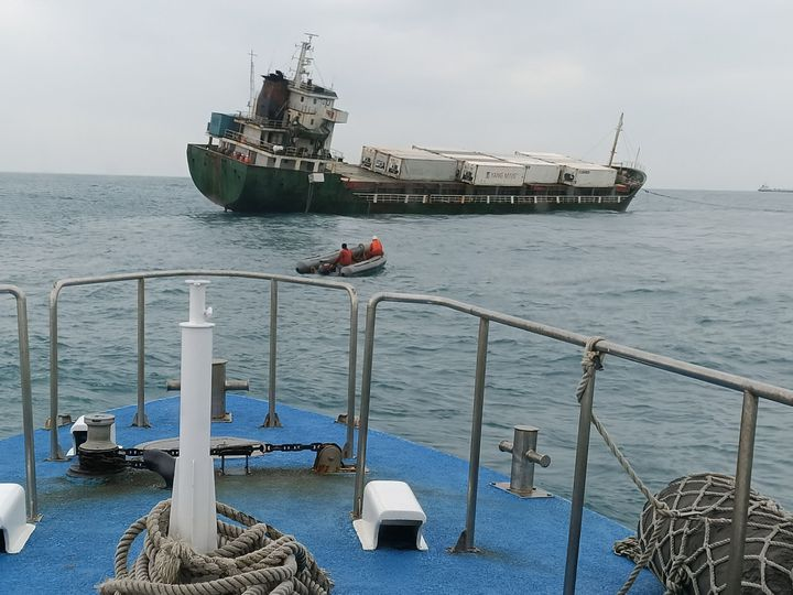 海巡艦艇戒護拖船拖帶「吉順輪」至安全海域。圖/艦隊分署提供