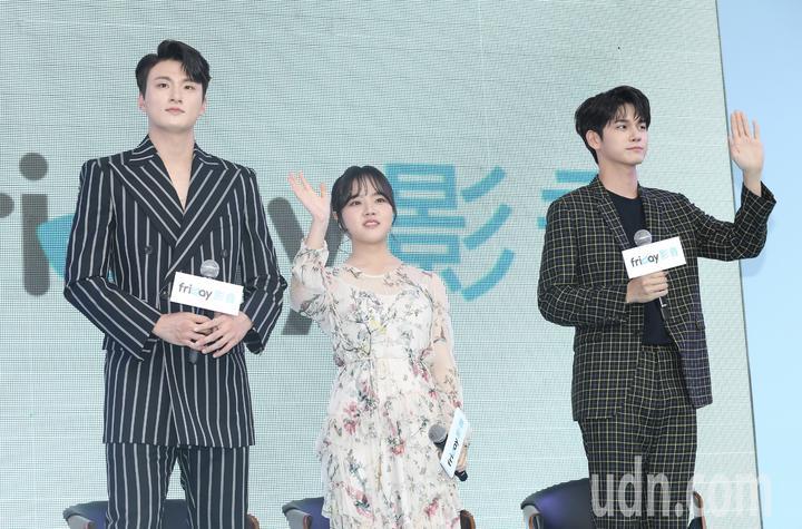 韓劇「18歲的瞬間」三位演員邕聖祐(右起)、金香起、申承浩訪台會粉絲。記者許正宏/攝影