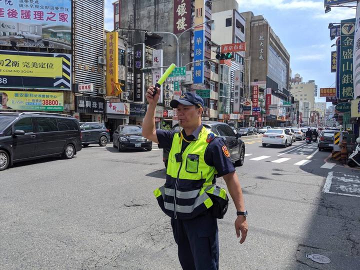 台南街頭藝術節活動一連舉行三天,員警頂著大太陽在路口指揮交通。記者黃宣翰/翻攝