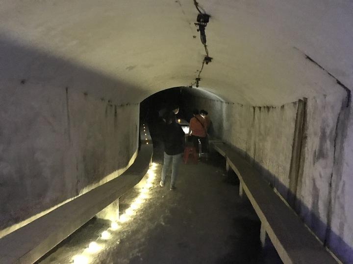 基隆市文化局昨天和今天在西岸第5、6號防空洞舉辦防空洞電影院,天然的冷氣吹來,加上電影音效在防空洞擴散,超有Fu。記者吳淑君/攝影