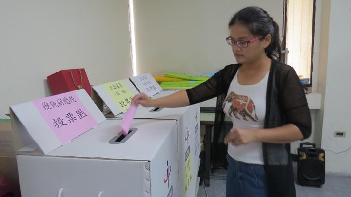 新住民加入下屆總統副總統及立委選舉選務工作踴躍,苗栗縣選委會今天辦理講習,並模擬選舉流程。記者范榮達/攝影