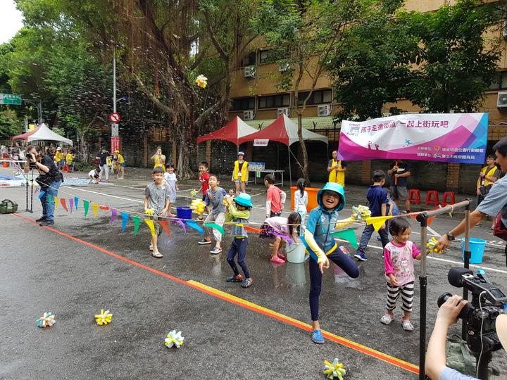 特公盟提出兒童要有地方玩、避免現代遊戲空間不足所造成身心問題等訴求後引起市府重視,今天在濟南路舉行首場封閉一般道路的「上街玩」活動。記者翁浩然/攝影