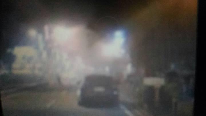 台南市中西區中正路、海安路口一處民宅戶外樑柱電線,今晚8點37分突然起火,不斷冒出閃光及爆炸聲響。圖/翻攝自台南爆料公社臉書