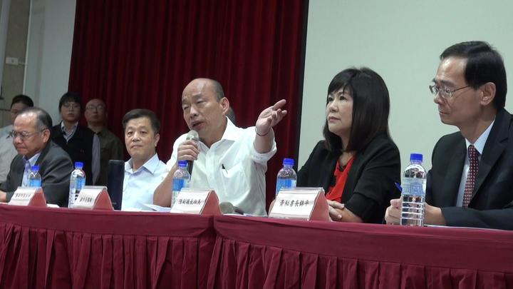 高雄市長韓國瑜(右三)反問,挖石油誰講的。記者王昭月/攝影