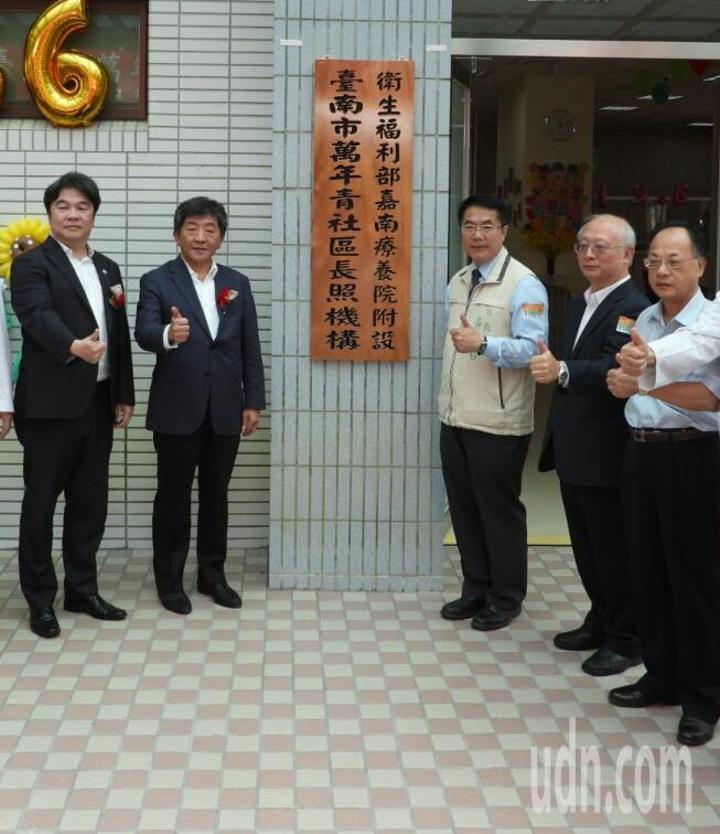 黃偉哲(右三)懷疑議會正常上下班將是世界唯一,頂多北韓議會才能正常上下班。記者周宗禎/攝影