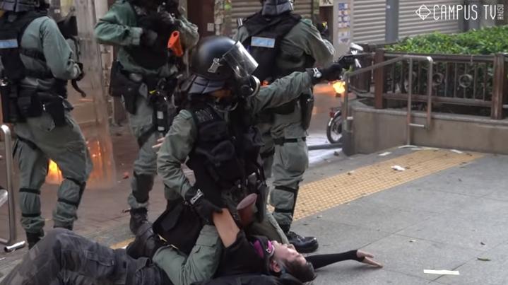 香港「反送中」運動延續至今4個月來,首度有港警以實彈射擊反政府示威者。在場的港媒記者從不同角度拍攝整個過程,《紐時》試圖分析影片釐清事件全貌,並指港警執法可能違反聯合國規範,即未事先警告即開槍射擊。畫面翻攝:YouTube/hkucampustv