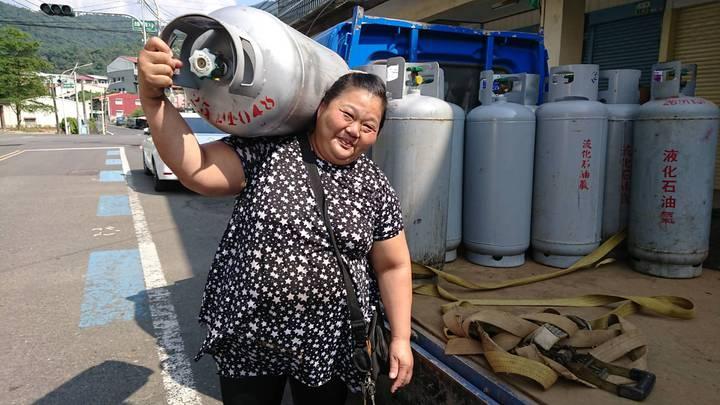 汪秀珍是大埔鄉內、周邊唯一配送員,可扛40公斤瓦斯上肩,全鄉少她就斷炊了。記者卜敏正/攝影
