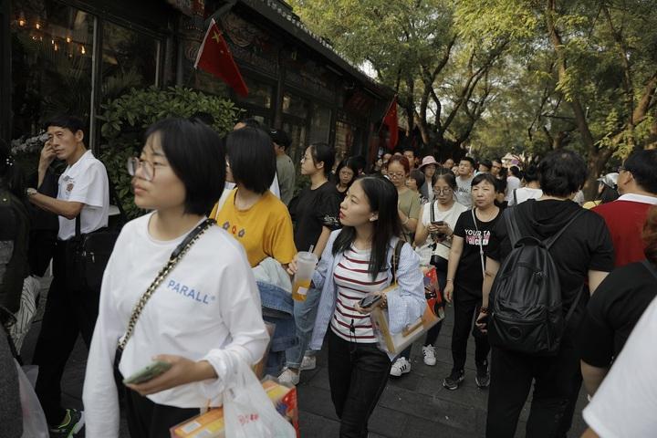 中國進入十一黃金周長假,推估國內外出遊人次約8億多,陸客出國首選仍是日本,赴泰人數增幅預計上看近4成,但市場認為中國經濟開始放緩,陸客花錢會比較謹慎,甚至留在國內旅遊。歐新社
