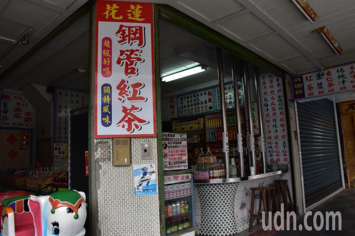 花蓮一家鋼管紅茶店被踢爆,花生湯用市售罐頭添加糖水,裝成一杯賣顧客。記者王思慧/攝影