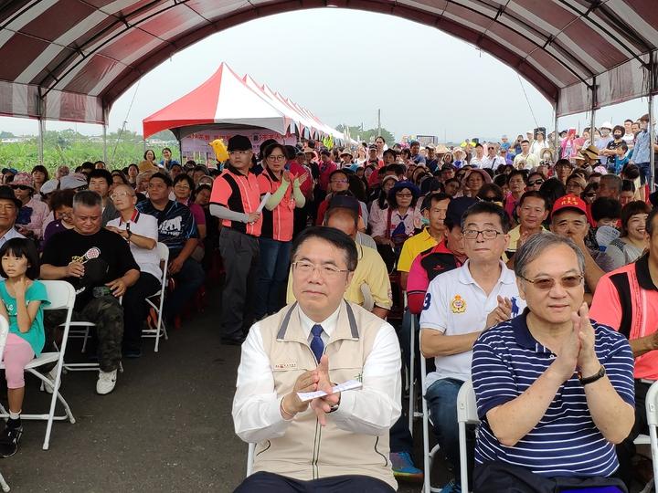 台南市大內區公所今年首度辦理曾文溪畔市集音樂會,會場大爆棚。記者謝進盛/攝影