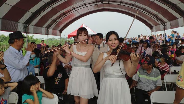 台南市大內區公所今年首度辦理曾文溪畔市集音樂會,市長黃偉哲由兩名小提琴老師引導入場,更添浪漫。記者謝進盛/攝影