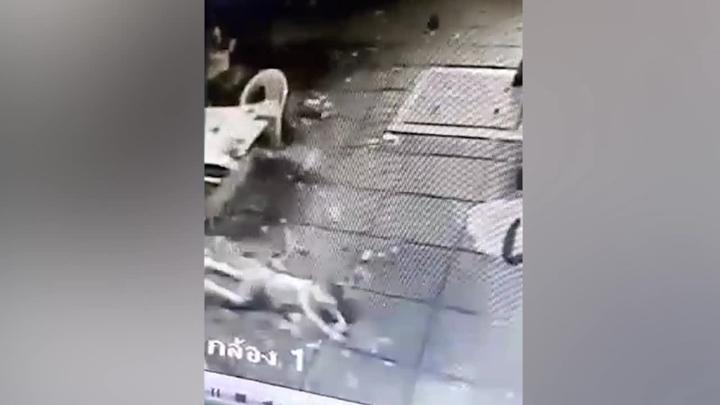 泰國一名4歲男童從10樓陽台墜樓,居然命大只受輕傷。整個驚悚過程全被社區監視器給拍攝下來。路透/Newsflare