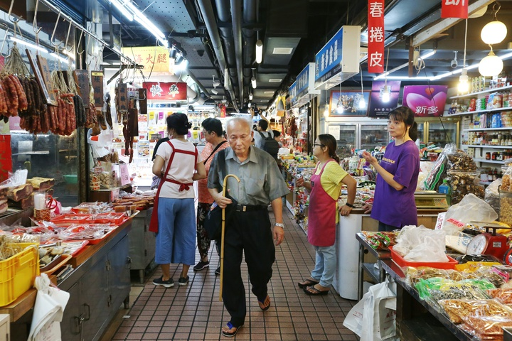 走過38個年頭,以大江南北外省料理聞名的台北市南門市場正式熄燈改建,民眾搶最後一刻採買作最後巡禮。記者曾原信/攝影