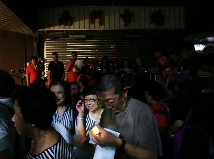 走過38個年頭,以大江南北外省料理聞名的台北市南門市場正式熄燈改建,攤商手持蠟燭迎接老市場的最後一刻。記者曾原信/攝影