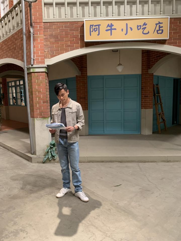 陳彥廷在大時代飾演本性善良伍家輝,是女主角王瞳同父異母的哥哥,非常照顧家族的人。圖/崇右影視科技大學提供
