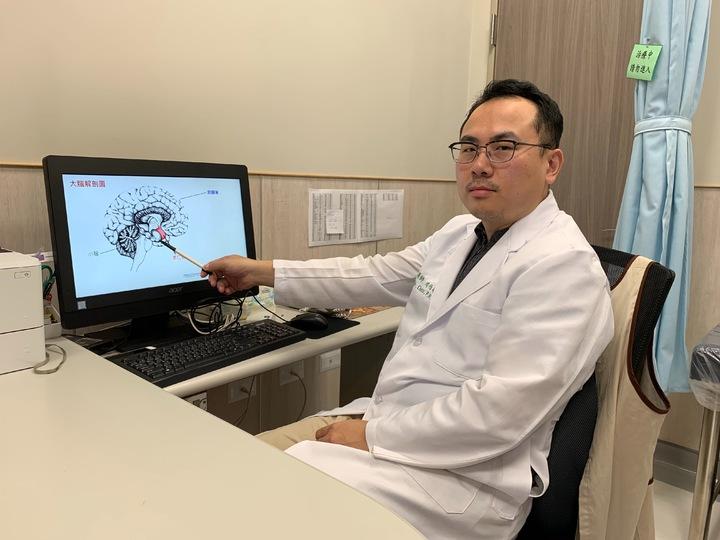 中國醫藥大學新竹附設醫院身心科醫師周伯翰說,該名患者交感神經活性過高,因此判斷是一時的急性創傷壓力引起的身心失衡症狀,經過藥物治療與心理諮商後,已完全恢復正常。記者郭政芬/攝影