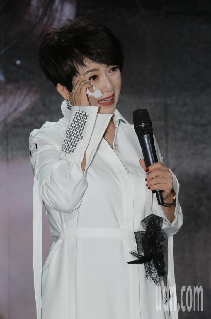 睽違樂壇24年藝人周思潔再度開唱,想到17年的還債人生,不忍哽噎。記者許正宏/攝影