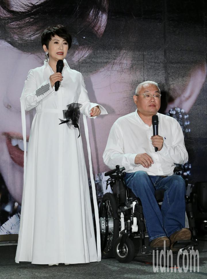 藝人周思潔(左)舉行「開麥」儀式,睽違樂壇24年再度開唱,導演范可欽(右)上台助陣。記者許正宏/攝影