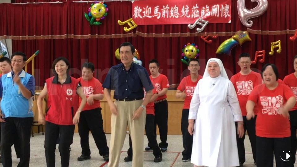 馬英九拜訪新竹老友 在基金會唱歌又跳舞